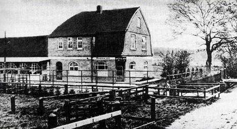 """Der Gasthof """"Zur Eiche"""" in Schierbrok am Bahnhof, etwa 1925. Davor der breite Graben an der Südseite der Bahnhofstraße. Foto: Archiv"""