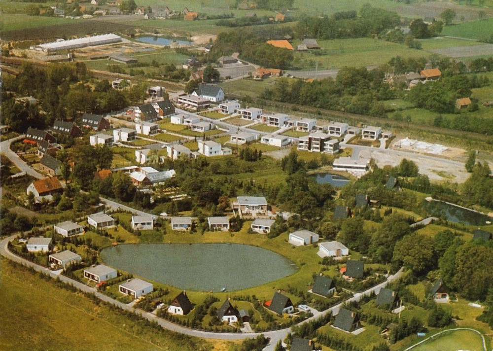 Luftbild vom historischen Rethorn mit den typischen Nurdachhäuschen und den Bungalows
